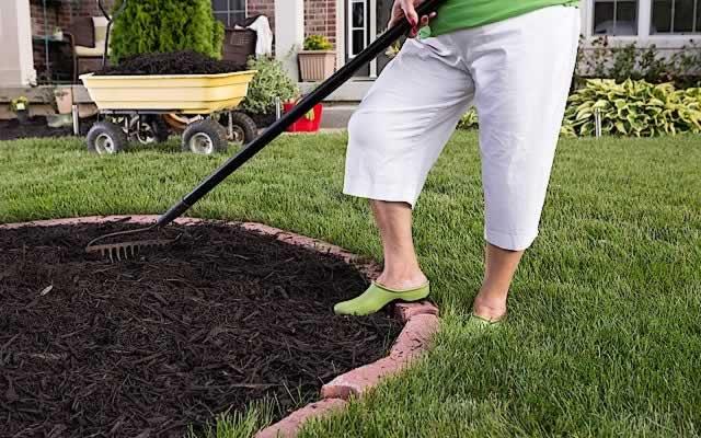 Fall Garden Composting Mulching